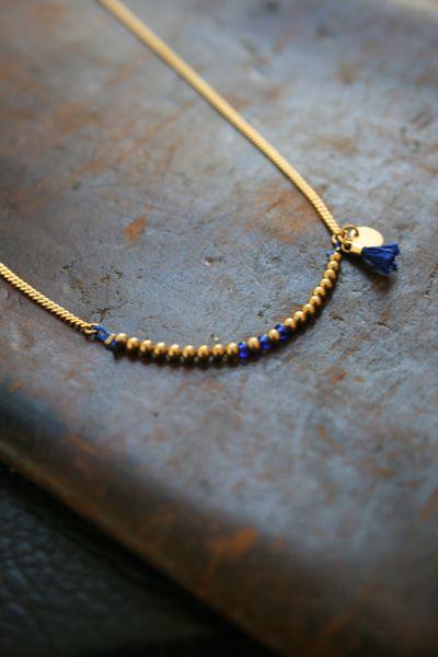 Colliers, Collier fin Valentina, perles or et pompon. est une création orginale de TheBlossomBohemian sur DaWanda