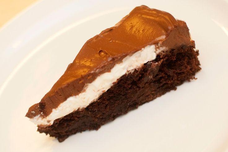 Tre lag med perfeksjon: Brownies, kremostfyll og sjokolademousse. Dette er en utrolig god kake, og den er genial å servere til skeptiske ikke-veganere, og alle som ikke trodde du kunne bake uten egg og melk. Brownien faller litt sammen i midten etter steking og fungerer som en grop for de to øverste lagene, som ligger …