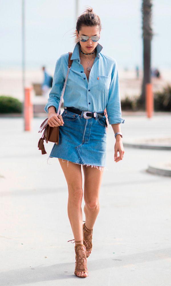 Street style look com camiseta e saia jeans.