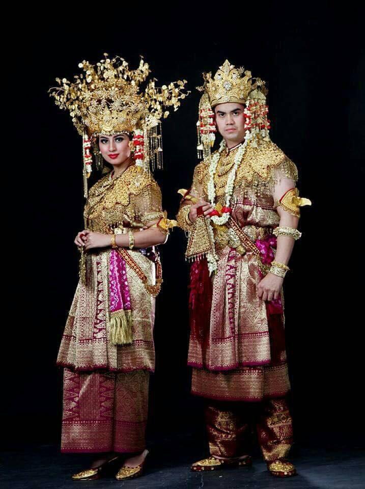 Pakaian Pengantin Adat Palembang. Palembang's wedding clothes.