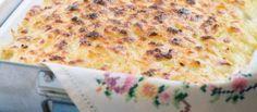 Een heerlijk gerecht waarbij je niet lang in de keuken hoeft te staan. Dus ideaal bij een dineetje. 500 gram kipfilet (kan ook met hamlapjes), 2 uien, 1 groene paprika,bakje champions, 1 blikje tomatenstukjes, 30 gram bloem, 4 dl bouillon van een blokje, 1 dl rode wijn,zout, peper, nootmuskaat,wat tijm, 200 gram geraspte jonge kaas, 1 eetlepel boter