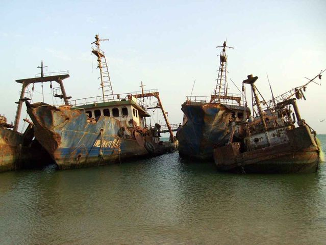 A mauritániai Nouadhibou partjainál háromszáz tengerjáró roncsa fekszik, így joggal érdemelte ki a világ legdrámaibb hangulatú hajótemetője címet.
