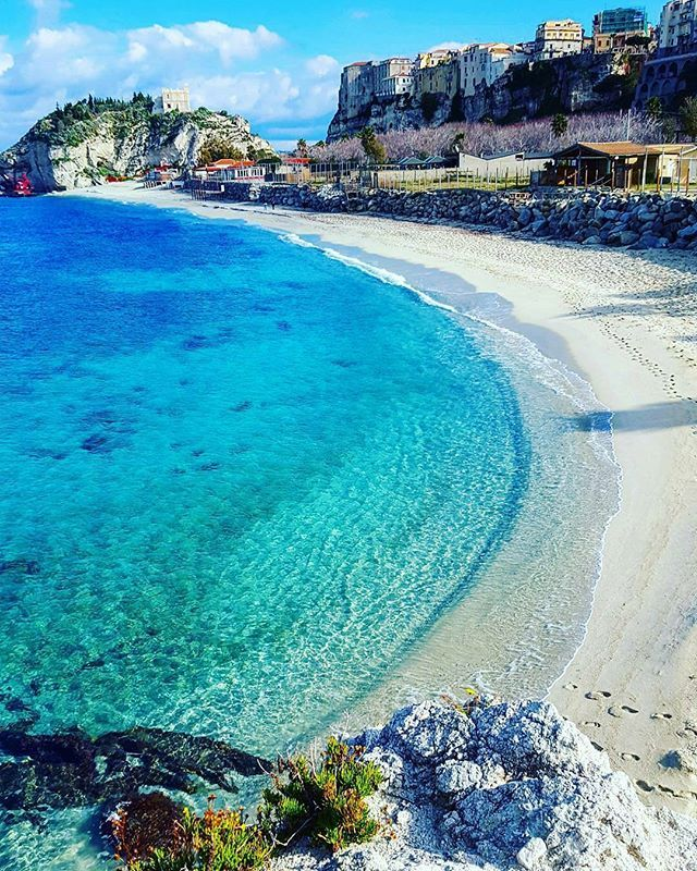 The Calabrian Sea also in winter has no limits...do u remember when u crowded this beach last summer?  repost from @roberto_lorenzo_photography - - #calabria #mare #sea #beach #spiaggia #praia #playa #winter #inverno #crystalwater #acquacristallina #vibovalentia #capovaticano #lameziaterme #ryanair #reggio #reggiocalabria #italia #italy #loveitaly #iloveitaly