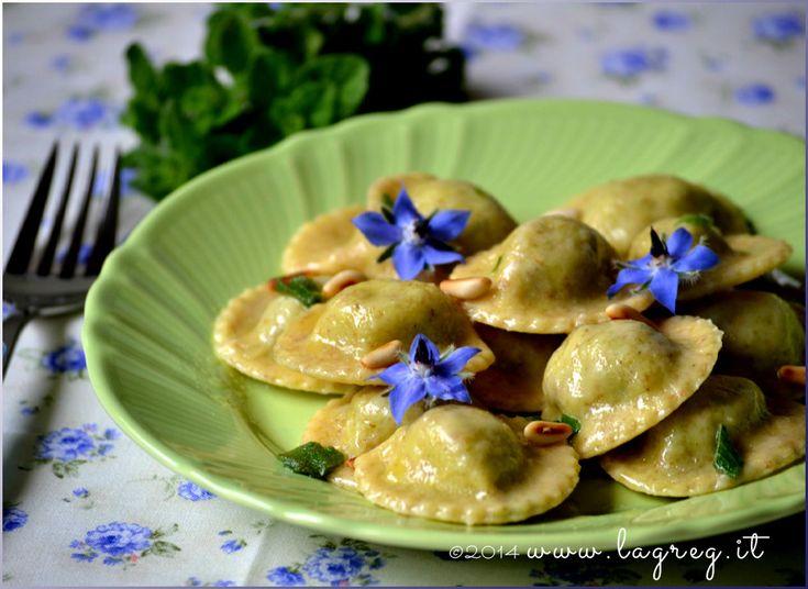 Ravioli di borragine al burro, mentuccia e pinoli