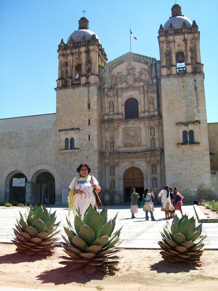 """Templo de Sto. Domingo de Guzmán. Oaxaca. """"...es que su santo está en descanso...uñas y carne, sudor y fuerzas, todo su empeño, todos sus sueños...¡Ay melena negra, carita triste Rosa María!"""""""
