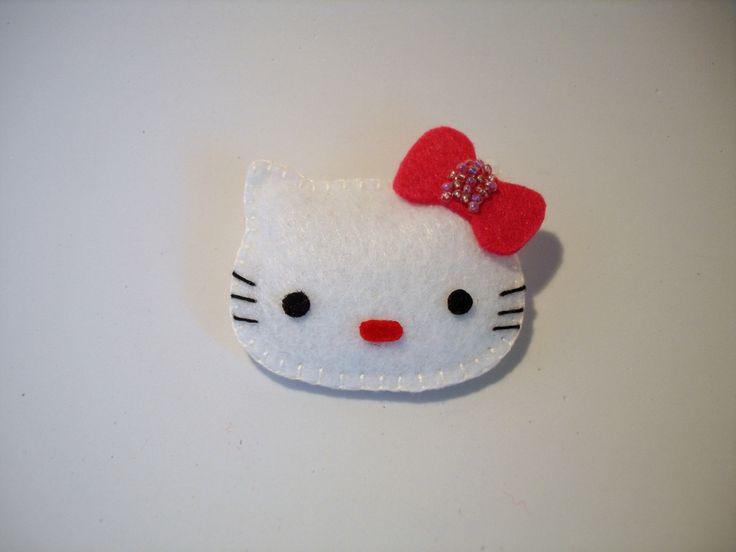 Alfinete Hello Kitty via Joana Bessa Artesanato. Click on the image to see more!