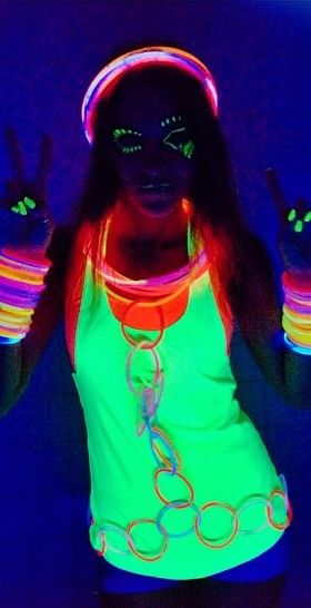 Attend a glow party like this // outfit