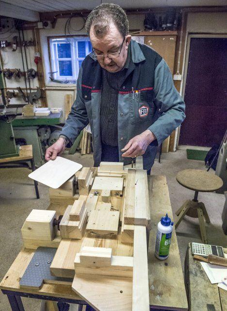 Suomalaisena käsityönä valmistettu ikikalenteri made by AikaAlbin. Artikkeli Raumalainen lehdestä: Mäkilä on itse tehnyt kalenteritelineen osien liimaamiseen tarkoitetun aputyökalun.