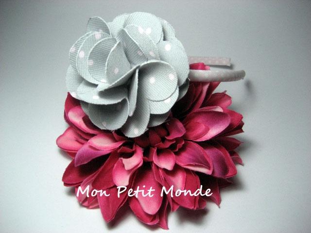 Flor para broches, coleteros o diademas en Gris con lunares rosas