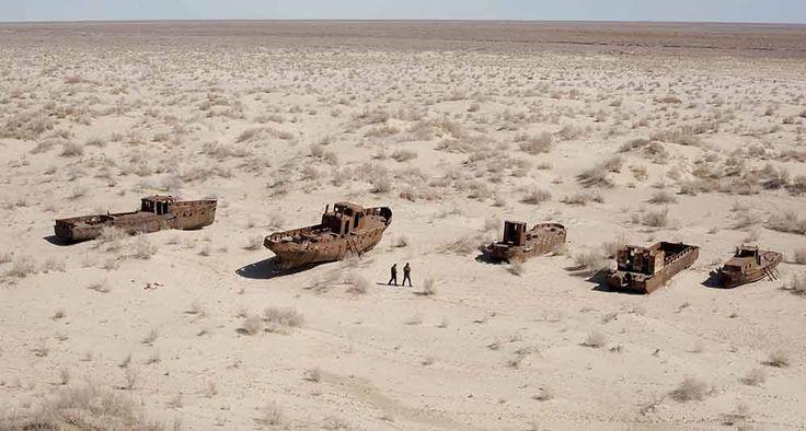 Cada uno de estos barcos solía remolcar toneladas de pescado al año. La flota se oxida cerca del puerto Uzbeko de Moynaq, desde que el Aral se secó en los años ochenta.