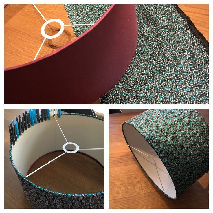 Lampenkap bekleden.  Stof kopen, omtrek lamp meten.  Op de naaimachine of met de hand stikken.  Dan om de kap doen en lijmen aan de boven en onderkant.