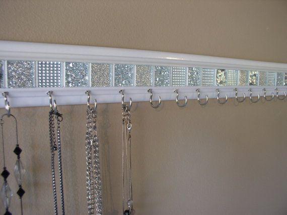 """Schmuck-Veranstalter. Diese Halskette-Halter in weiß und Silber Glas-Mosaik-Fliesen-Design ist 30"""" w / 18 Haken. Halskette-Veranstalter-Schmuck-Speicher"""