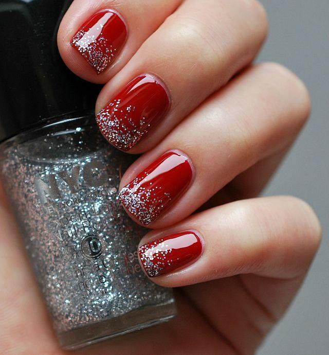 Uñas de color rojo con glitter de color gris en la punta