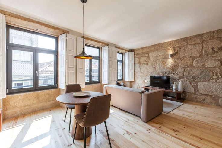 Wohnung in Porto, Portugal. Offering views to the city, this elegant apartment is located on the 2nd floor. It includes a bedroom with a queen size bed, quality linen and a private bathroom with free toiletries, hair dryer, towels and a shower.  The kitchenette is fully equi...