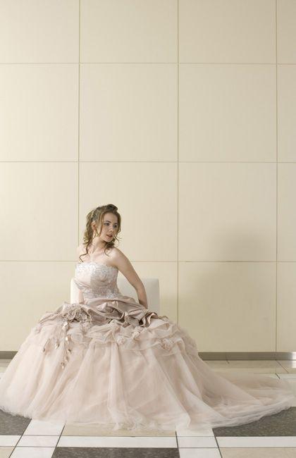 No.23-0012おしゃれなシャンブレーピンクドレス、ふわふわスカートにリズミカルに配されたコサージュが愛らしい
