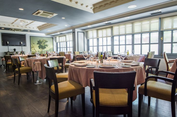 El salón con ventanales del restaurante La Máquina.