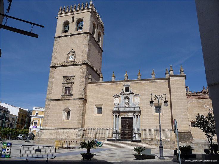 La catedral de Badajoz se construyó extramuros lo cual explica su marcado carácter defensivo. Su construcción la inició Fray Pedro Pérez en el siglo XIII.
