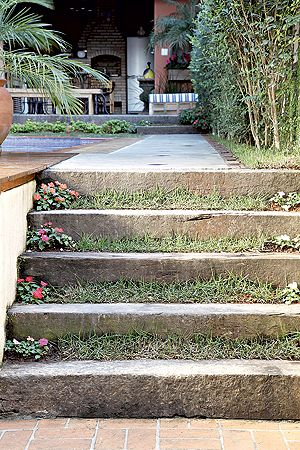 Feitos de dormentes, os degraus têm espaço de 6 cm entre um e outro:bom para plantar grama e maria-sem-vergonha