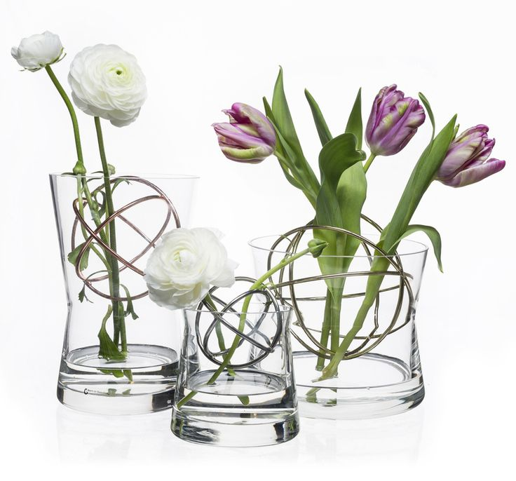 SPHERE vases are available in three sizes, and with three colors of the stainless steel ball. This is the perfect item for anyone who wants to make a nice flower arrangement easily. The smart ball...