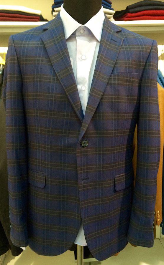 Темно-фиолетовый пиджак в клетку по супер выгодной цене 9200 руб руб, с бесплатной доставкой по Москве и России без предоплаты. В наличие размеры 54, 58, 48, 50, 56, 52, приезжайте к нам в магазин!