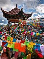 Tibetaanse gebedsvlaggetjes 25 vlaggen aan een slinger.Volgens de Tibetaanse traditie worden de gebeden die op de vrolijk gekleurde vlaggetjes zijn gedrukt verspreidt door de wind, hierdoor geven zij een positieve energie aan de omgeving. Maar natuurlijk geeft het de omgeving, bijvoorbeeld jouw tuin of balkon, een gezellige en vrolijke uitstraling:)Tibetanen adviseren om nieuwe vlaggen voor zonsopkomst op te hangen en daarbij positieve gevoelens te hebben.