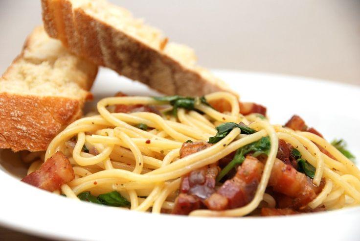 Spaghetti med bacon, der vendes i olivenolie med hvidløg og en smule chili. En både dejlig og hurtig italiensk ret, der også er fantastisk som gæstemad. Jeg elsker italiensk mad, og her er en af mi…