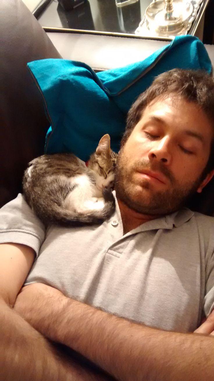 Los dos hombres de la casa durmiendo