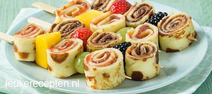 Gezellige pannenkoekrolletjes met jam of nutella en vers fruit, lekker bij de lunch of high tea