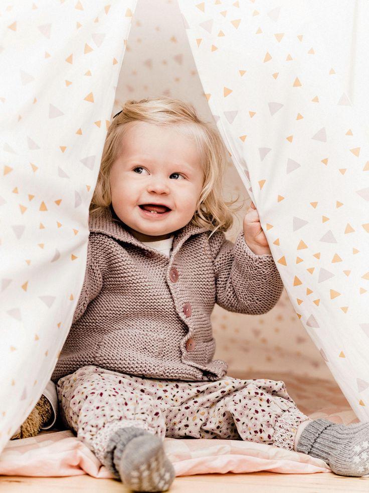 Diese Baby-Cardigan könnt ein neues Lieblingsteil werden. Hier erklären wir euch, wie ihr die Strickjacke stricken könnt.
