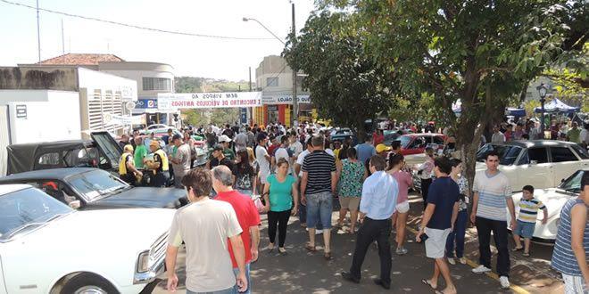 Um grande público no 1º Encontro de Veículos Antigos de Jacarezinho - http://projac.com.br/noticias/um-grande-publico-no-1o-encontro-de-veiculos-antigos-de-jacarezinho.html
