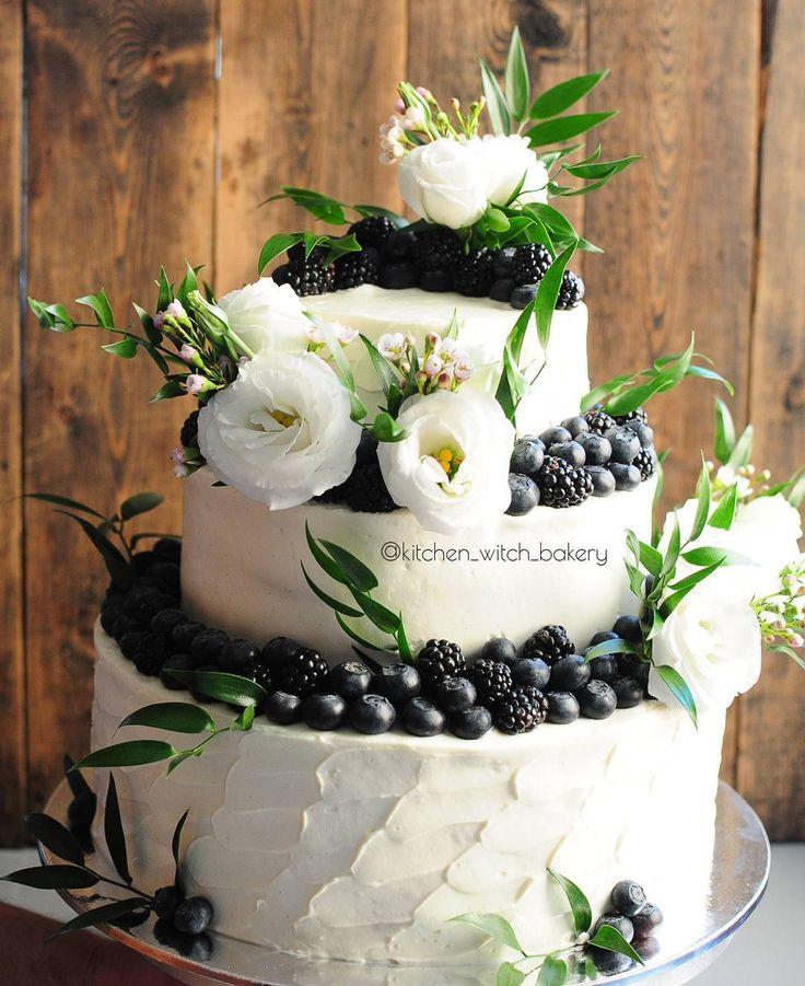 """Ещё один свадебный красавчик #kitchen_witch_cake 🌹 🌿В оформлении использованы: белая эустома, рускус, ваксфлауэр⠀ ⠀⠀... 🌿Цветы крепятся в специальные пробирки с водой - так они не соприкасаются с кремом и сохраняются дольше⠀⠀ ⠀... 🌿Стоимость такого оформления составляет +2000р к стоимости торта (смотрите предыдущий пост - там выгодное предложение по летним свадебным тортам!) ⠀⠀... 🌿Ещё один частый вопрос про цветочное оформление - """"У нас же одноярусный/двухъярусный торт, цветов нужно…"""