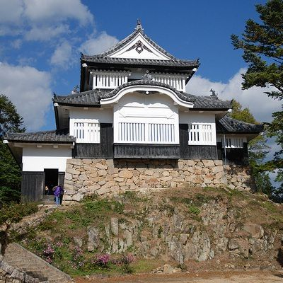 備中松山城は現存12天守の中では唯一の山城であり、現存天守でもっとも高い所にある城です。日本三大山城のひとつでもあります。海抜約480mの臥牛山の山頂付近に本丸があるため、山の中腹(8合目)にある駐車場から歩いても30分近くかけてのぼることになります。現存天守の中ではもっとも訪問しづらい城といえます。また江戸時代、城主をつとめた水谷氏がお家断絶になったため、『忠臣蔵』で有名な赤穂藩主・浅野長矩の管理とされ、城の受け取りには家老である大石内蔵助が訪れています。そのため山頂にのぼるルートにはそのときに休んだとされる「大石内蔵助の腰掛け石」があります。時期や条件が整えば、竹田城のように雲海に浮かぶ姿を見ることができます。