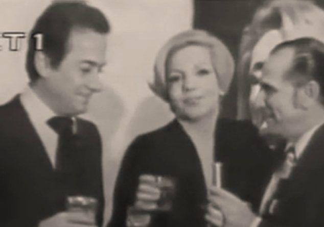 """Καλλιτέχνες και πολιτικοί υποδέχονται το 1975, τραγουδώντας """"Άπονη ζωή"""" και """"Κάντε υπομονή""""! Σπάνιο video"""