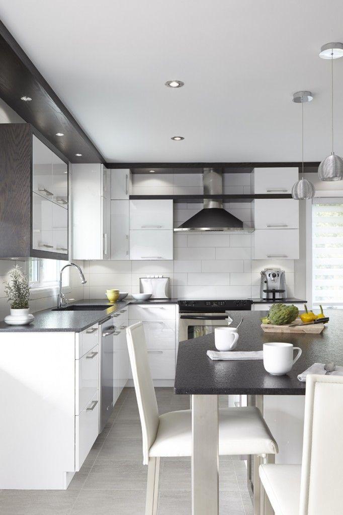 Projet de rénovation de cuisine de style contemporain en thermoplastique blanc lustré, insertions de merisier teint noir, comptoir de granite noir cambrien.