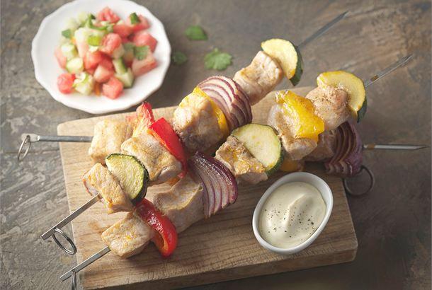 Barbecue-vartaat ja vesimeloni-kurkkusalsa ✦ Grillivartaiden kanssa maistuu erilaiset lisukkeet, kuten vesimeloni-kurkkusalsa ja maustettu ranskankerma. http://www.valio.fi/reseptit/barbecue-vartaat-ja-vesimeloni-kurkkusalsa/