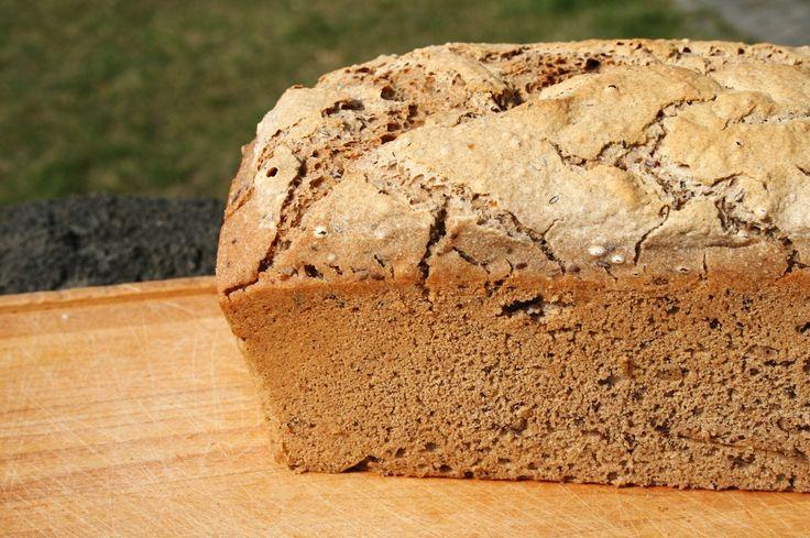 Chciałabym się podzielić przepisem na chleb gryczany, bez dodatku skrobi ziemniaczanej czy tapioki. Warto go wypróbować, ponieważ… …to najlepszy chleb bezglutenowy jaki do tej pory jadłam! Proponowany chleb gryczany bez problemów zapieka się w tosterze, jest elastyczny, nie kruszy się, …