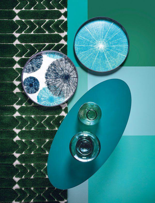 """<p>Tapis en laine, coton et jute 5 coloris, coll. """"Jardin d'Intérieur"""", design India Mahdavi,<strong> La Manufacture Cogolin</strong>, 3 120€</p> <p>Plateaux en bois, diam. 48 cm, """"Blue..."""