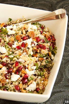 Ingrediënten:- 300 g quinoa- 1 rode ui, fijn gesnipperd- 85 g rozijnen of sultanas- 100 g feta, verkruimeld- 200 g granaatappelpitjes- 85 g pijnboompitten of amandelschilfers, geroosterd- bakje koria