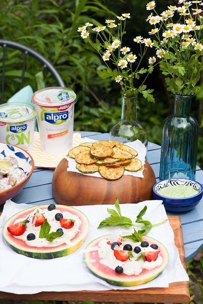 Diese Rezepte dürfen auf keiner Gartenparty fehlen! Ob herzhafte Zucchini-Chips mit Parmesan oder Wassermelonen-Pizza, hier ist für jeden was dabei.