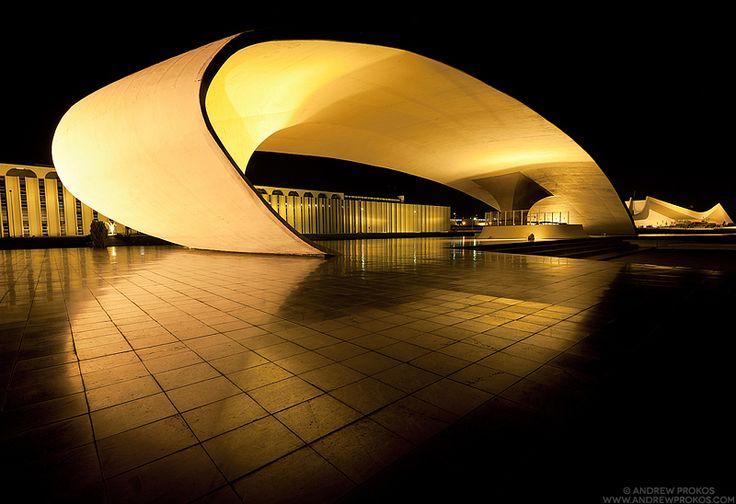 """Fotografias noturnas das obras de Oscar Niemeyer em Brasília são premiadas no International Photography Awards de 2013.  """"Brasília de Niemeyer"""", a série de fotografias, captura a arquitetura surreal de Oscar Niemeyer, que moldou a capital brasileira por mais de 50 anos. Complexo do Ministério da Defesa.  Fotografia: Andrew Prokos."""