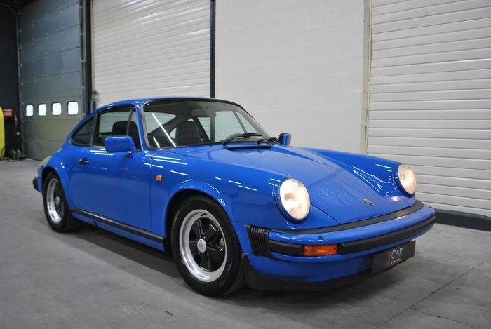 """Ein Porsche 911 SC 3,0 l - Matching Numbers.  Tachostand: 93.601 km Baujahr: 1982 Leistung: 150 kW (204 PS) Karosserie: Coupé Getriebe: Schaltgetriebe Antrieb: Heckantrieb Gänge: 5 Hubraum: 2996 cc Zylinder: 6 Kraftstoff: Benzin Türen: 2 Sitzplätze: 4 Lackfarbe: J6 Arrow-Blau Innenausstattung: schwarzes Leder  Optionen - Leichtmetallfelgen 16"""" - Radio - Ledersitzbezüge - Zentralverriegelung - Elektrische Fensterheber - Nichtraucherauto  ==> Außergewöhnliches Auto in der originalen Farbe…"""