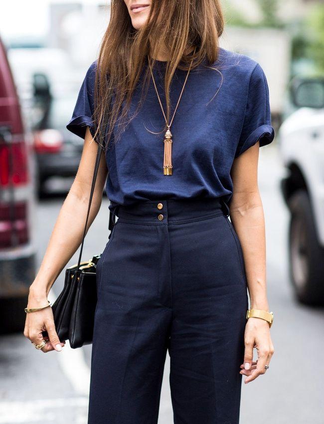 Pantalon taille haute bleu marine + tee-shirt loose glissé dans la ceinture + sautoir  = le bon mix (ALoveisBlind)