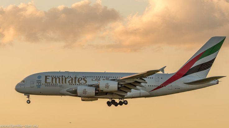 Endanflug eines Emirates A380 im Sonnenuntergang auf die Bahn 26R am Flughafen München
