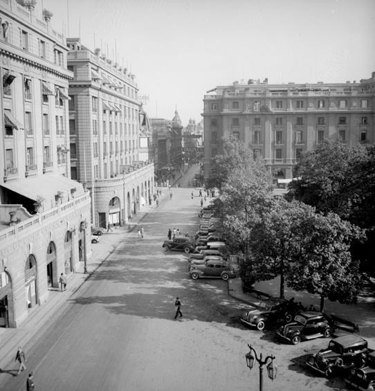 Vista de la Plaza de Armas de Santiago hacia el Portal Fernández Concha en 1906.
