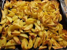 ...PEČENÉ BRAMBORY... výborná příloha  Brambory dle potřeby,šťáva z půl citronu,olej cca 100ml,trochu vody,1lžíce mleté papriky,6 stroužků česneku,sůl,1 lžíce oregana...  POSTUP PŘÍPRAVY  Vše,kromě brambor smíchám v míse(česnek prolisuji),brambory oloupu,umyji,osuším,rozkrájím na osminky,dám do mísy k marinádě a řádně promíchám.Brambory dám na plech(bez pečícího papíru),vložím do trouby vyhřáté na 250stupňů,po půl hodince uberu na 200 a peču do zlatova.Přeji dobrou chuť...