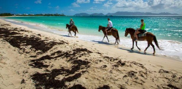 Com mar azul-turquesa, Anguilla atrai endinheirados em busca de sossego. Passeios de cavalo pela praia estão entre as atrações de Anguilla, no Caribe.  Fotografia: Guia de Viagem, UOL Viagem.