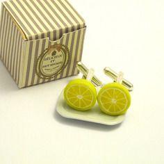 Boutons de manchette citron, bijoux fantaisie hommes, bijoux gourmands fimo.  Fruit miniature. Citron. Cufflinks. Inspiration polymer clay. Miniature food.  http://des-bijoux-en-veux-tu.alittlemarket.com www.facebook.com/Desbijouxenveuxtuenvoila