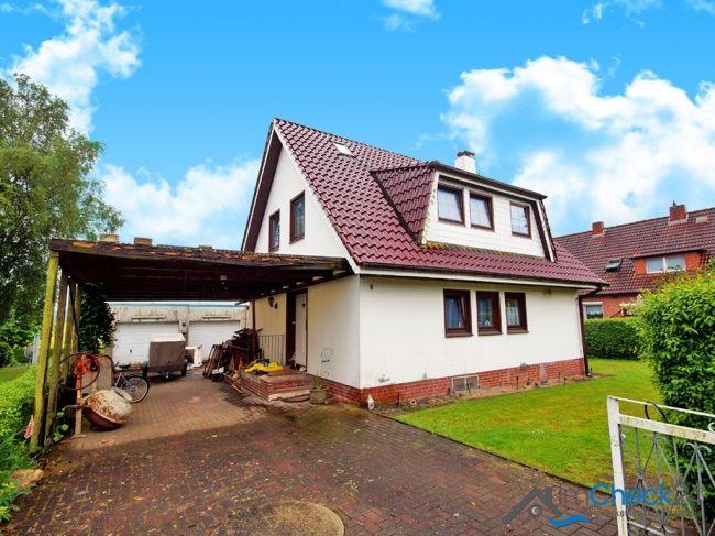 Einfamilienhaus mit Carport direkt vor der Haustür sowie zwei Garagen im Hof.