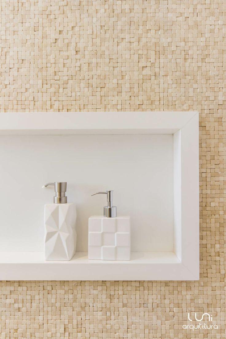 Nicho para produtos no box do banheiro | Projeto Luni Arquitetura