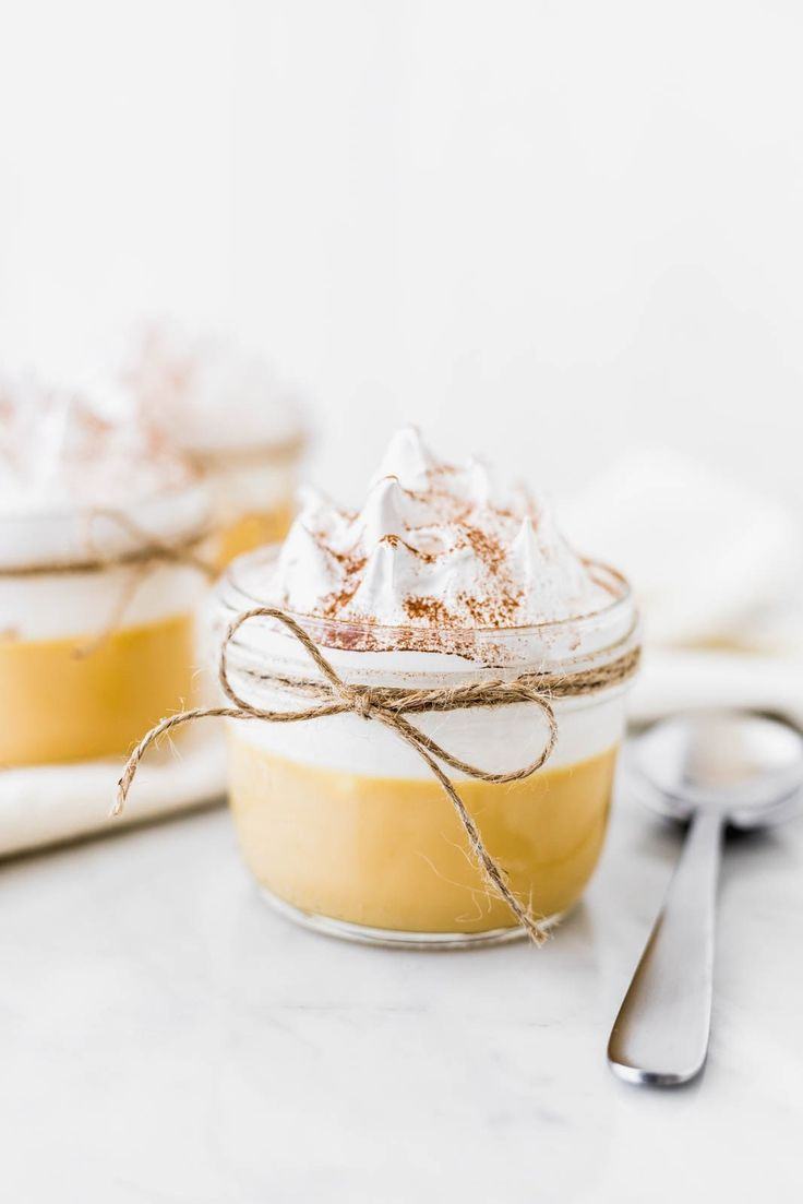 "The ""suspiro de limeña"" or ""sigh of a woman from Lima"" is a typical Peruvian dessert recipe that has a sweet base topped with meringue. Peruvian Desserts, Peruvian Recipes, Delicious Desserts, Dessert Recipes, Yummy Food, Dinner Recipes, Recipe For 2, Eat Dessert First, Food Inspiration"
